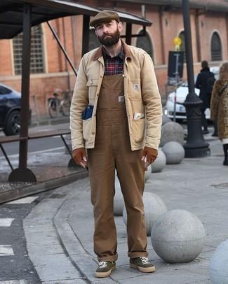 Светло-коричневая куртка с воротником и на пуговицах: с чем носить и как сочетать: Светло-коричневая куртка с воротником и на пуговицах и коричневые комбинезон выигрышно впишутся в мужской образ в непринужденном стиле. Пара темно-зеленых низких кед из плотной ткани поможет сделать ансамбль более законченным.