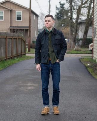С чем носить черную куртку с воротником и на пуговицах: Черная куртка с воротником и на пуговицах в паре с темно-синими джинсами — превосходный вариант для создания мужского ансамбля в стиле смарт-кэжуал. Весьма удачно здесь будут выглядеть светло-коричневые замшевые туфли дерби.