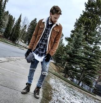Как и с чем носить: коричневая замшевая куртка с воротником и на пуговицах, темно-синяя рубашка с длинным рукавом в шотландскую клетку, белая футболка с круглым вырезом, синие рваные зауженные джинсы