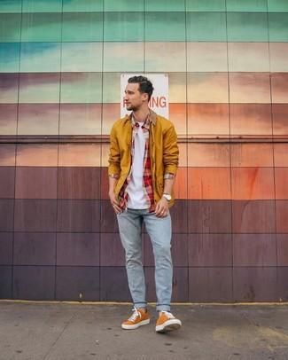 Как и с чем носить: горчичная куртка с воротником и на пуговицах, красная рубашка с длинным рукавом в шотландскую клетку, белая футболка с круглым вырезом, голубые джинсы