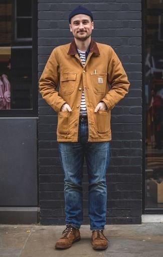 Светло-коричневая куртка с воротником и на пуговицах: с чем носить и как сочетать: Несмотря на свою легкость, лук из светло-коричневой куртки с воротником и на пуговицах и синих джинсов неизменно нравится джентльменам, неизбежно покоряя при этом сердца представительниц прекрасного пола. Думаешь сделать лук немного элегантнее? Тогда в качестве дополнения к этому ансамблю, стоит обратить внимание на коричневые замшевые повседневные ботинки.