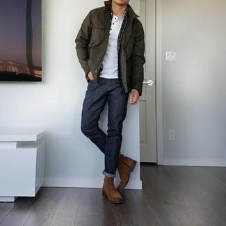 С чем носить коричневые замшевые повседневные ботинки мужчине: Оливковая куртка с воротником и на пуговицах в паре с темно-синими джинсами поможет создать модный мужской ансамбль. Весьма неплохо здесь будут выглядеть коричневые замшевые повседневные ботинки.
