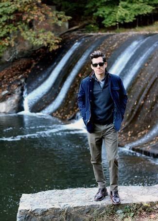 Темно-синий свитер с воротником на молнии: с чем носить и как сочетать мужчине: Тандем темно-синего свитера с воротником на молнии и оливковых брюк чинос вдохновляет на проявление собственного стиля. В сочетании с этим ансамблем наиболее выигрышно будут смотреться темно-коричневые кожаные повседневные ботинки.