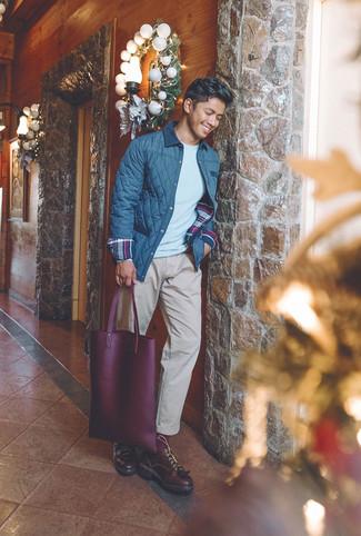 Как и с чем носить: темно-синяя стеганая куртка с воротником и на пуговицах, серый свитер с круглым вырезом, бежевые брюки чинос, темно-красные кожаные туфли дерби