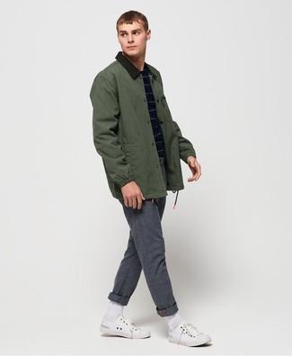 Как и с чем носить: темно-зеленая куртка с воротником и на пуговицах, темно-синий свитер с круглым вырезом в горизонтальную полоску, серые шерстяные брюки чинос, белые низкие кеды из плотной ткани