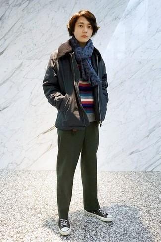 С чем носить темно-серую куртку с воротником и на пуговицах: Темно-серая куртка с воротником и на пуговицах и темно-зеленые брюки чинос надежно закрепились в гардеробе многих мужчин, помогая составлять неприевшиеся и практичные луки. Если сочетание несочетаемого импонирует тебе не меньше, чем безвременная классика, дополни свой образ черно-белыми низкими кедами из плотной ткани.