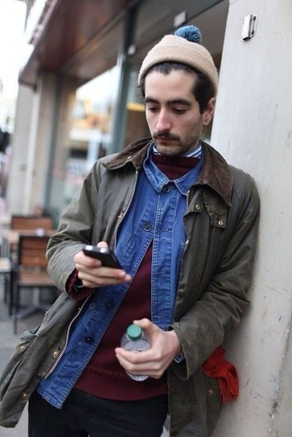 Как и с чем носить: оливковая куртка с воротником и на пуговицах, темно-красный свитер с круглым вырезом, синяя джинсовая рубашка, бело-темно-синяя рубашка с длинным рукавом в вертикальную полоску