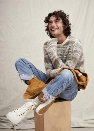Как и с чем носить: табачная куртка с воротником и на пуговицах, белый свитер с круглым вырезом с жаккардовым узором, голубые джинсы, белые высокие кеды из плотной ткани