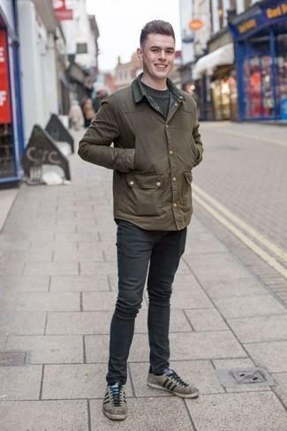 Темно-зеленый свитер с круглым вырезом: с чем носить и как сочетать мужчине: Темно-зеленый свитер с круглым вырезом и темно-серые джинсы надежно обосновались в гардеробе современных мужчин, помогая составлять незаезженные и стильные ансамбли. В тандеме с этим луком великолепно выглядят серые замшевые низкие кеды.