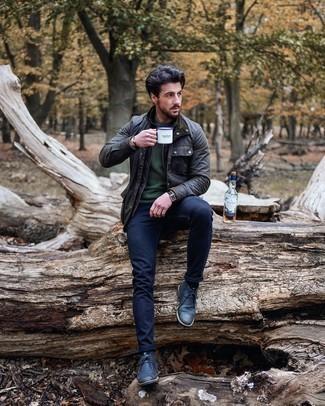 С чем носить темно-синие кожаные ботинки дезерты: Привлекательное сочетание темно-серой куртки с воротником и на пуговицах и темно-синих зауженных джинсов несомненно будет привлекать взоры прекрасного пола. Хочешь сделать образ немного элегантнее? Тогда в качестве дополнения к этому образу, выбирай темно-синие кожаные ботинки дезерты.