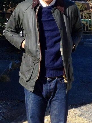 Как и с чем носить: черная куртка с воротником и на пуговицах, темно-синий свитер с круглым вырезом, белая классическая рубашка, темно-синие джинсы