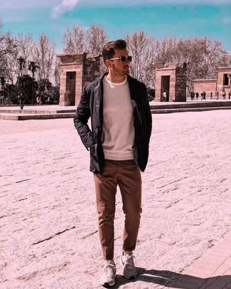 Как и с чем носить: черная куртка с воротником и на пуговицах, белый свитер с круглым вырезом, коричневые классические брюки, серые кроссовки