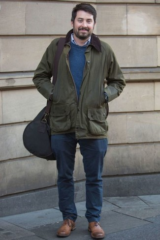 Голубая рубашка с длинным рукавом: с чем носить и как сочетать мужчине: Сочетание голубой рубашки с длинным рукавом и темно-синих брюк чинос смотрится привлекательно и интересно. И почему бы не привнести в повседневный ансамбль чуточку стильной строгости с помощью коричневых кожаных оксфордов?