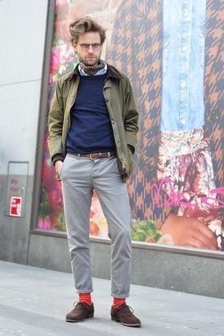Темно-коричневые замшевые оксфорды: с чем носить и как сочетать: Фанатам непринужденного стиля придется по вкусу дуэт оливковой куртки с воротником и на пуговицах и серых брюк чинос. Этот образ обретет свежее прочтение в паре с темно-коричневыми замшевыми оксфордами.