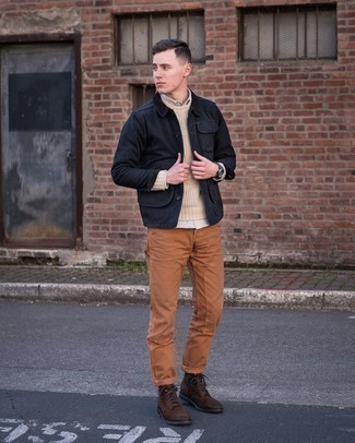 С чем носить черную куртку с воротником и на пуговицах: Черная куртка с воротником и на пуговицах выглядит стильно в сочетании с табачными брюками чинос. Если ты не боишься использовать в своих образах разные стили, на ноги можно надеть темно-коричневые замшевые повседневные ботинки.