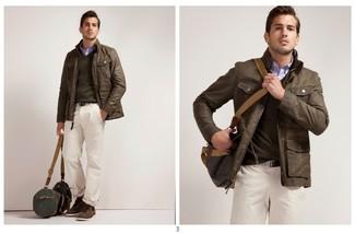 Как и с чем носить: коричневая кожаная куртка с воротником и на пуговицах, коричневый свитер с v-образным вырезом, синяя рубашка с длинным рукавом, белые брюки чинос