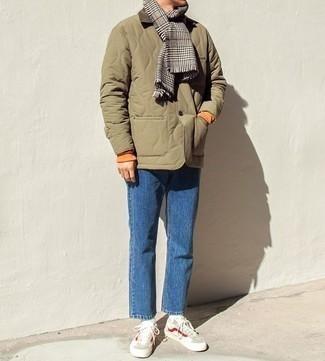 """Серый шарф с узором """"гусиные лапки"""": с чем носить и как сочетать мужчине: Оливковая стеганая куртка с воротником и на пуговицах и серый шарф с узором """"гусиные лапки"""" — отличное решение для парней, которые никогда не сидят на месте. Думаешь сделать ансамбль немного строже? Тогда в качестве обуви к этому образу, выбирай бежевые низкие кеды."""