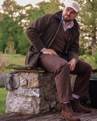 Мужские луки: В сочетании друг с другом темно-коричневая куртка с воротником и на пуговицах и темно-коричневые брюки чинос выглядят весьма удачно. Хочешь привнести в этот лук толику строгости? Тогда в качестве обуви к этому ансамблю, выбери темно-коричневые замшевые повседневные ботинки.