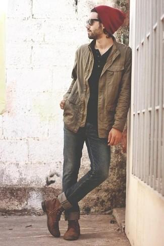 Как и с чем носить: светло-коричневая куртка с воротником и на пуговицах, черная футболка на пуговицах, черные джинсы, коричневые кожаные повседневные ботинки