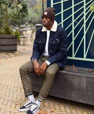 Как и с чем носить: темно-синяя куртка с воротником и на пуговицах, белая футболка с длинным рукавом, оливковые брюки чинос, черные низкие кеды из плотной ткани