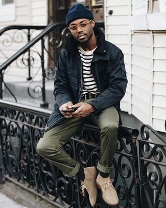 Как и с чем носить: черная куртка с воротником и на пуговицах, бело-черная футболка с круглым вырезом в горизонтальную полоску, оливковые брюки чинос, бежевые замшевые ботинки дезерты