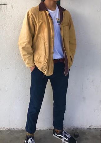 Как и с чем носить: горчичная куртка с воротником и на пуговицах, белая футболка с круглым вырезом, темно-синие брюки чинос, черные низкие кеды из плотной ткани