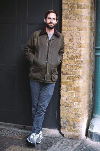 Белые носки: с чем носить и как сочетать мужчине: Такое простое и функциональное сочетание базовых вещей, как темно-зеленая куртка с воротником и на пуговицах и белые носки, придется по душе молодым людям, которые любят проводить дни в постоянном движении. Если тебе нравится сочетать в своих образах разные стили, из обуви можешь надеть темно-синие замшевые низкие кеды.