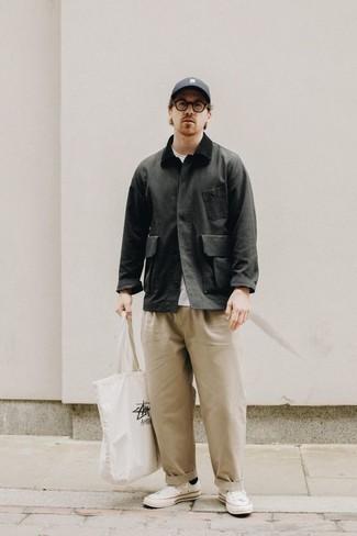 С чем носить темно-серую бейсболку мужчине: Если ты ценишь удобство и практичность, темно-серая куртка с воротником и на пуговицах и темно-серая бейсболка — отличный выбор для стильного повседневного мужского ансамбля. Если ты любишь смешивать в своих луках разные стили, на ноги можно надеть белые низкие кеды из плотной ткани.