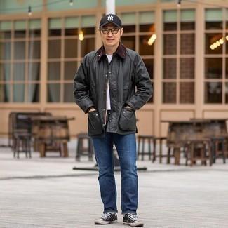 С чем носить темно-серую куртку с воротником и на пуговицах: Темно-серая куртка с воротником и на пуговицах и синие джинсы — подходящее тандем и для вечернего свидания с подругой в кино или кафе, и для похода на выставку с ней же. Если сочетание несочетаемого привлекает тебя не меньше, чем проверенная классика, закончи этот наряд черно-белыми высокими кедами из плотной ткани.