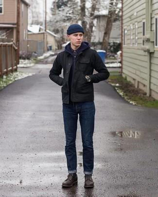 С чем носить черную куртку с воротником и на пуговицах: Черная куртка с воротником и на пуговицах и темно-синие джинсы надежно закрепились в гардеробе современных парней, помогая создавать потрясающие и стильные образы. Если тебе нравится смешивать в своих образах разные стили, из обуви можешь надеть темно-коричневые кожаные повседневные ботинки.