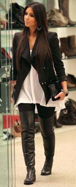 Как Kim Kardashian носит Черная куртка, Белый топ без рукавов, Черные леггинсы, Черные кожаные ботфорты