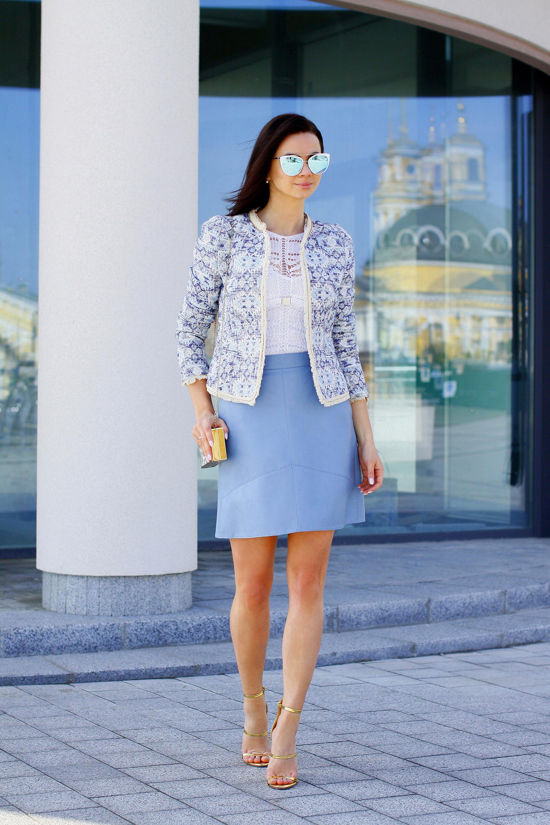 Голубая кожаная юбка с чем носить