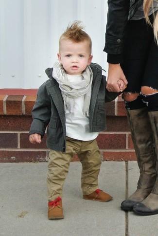 Как и с чем носить: оливковая куртка, белая футболка, светло-коричневые брюки, светло-коричневые ботинки