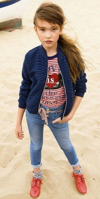 Как и с чем носить: темно-синяя стеганая куртка, бело-красная футболка в горизонтальную полоску, синие джинсы, красные оксфорды