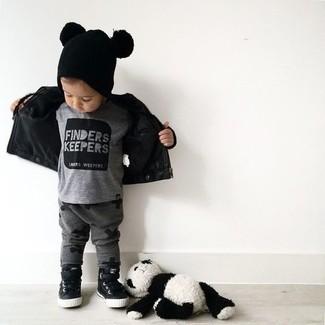 Как и с чем носить: черная кожаная куртка, серая футболка, темно-серые спортивные штаны, черные кеды