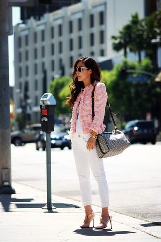 Подруги оценят твое чувство стиля, если увидят тебя в розовой твидовой куртке и белых джинсах скинни. Этот образ идеально дополнят розовая обувь.