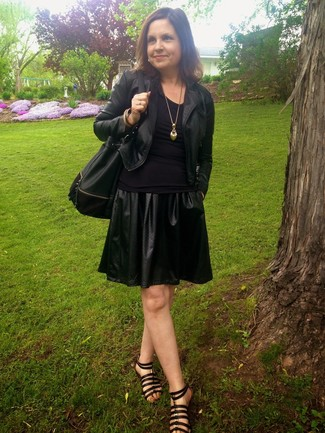 Черная кожаная куртка и черная кожаная короткая юбка-солнце стильно впишутся в ансамбль в непринужденном стиле. Создать модный контраст с остальными вещами из этого образа помогут черные кожаные гладиаторы.