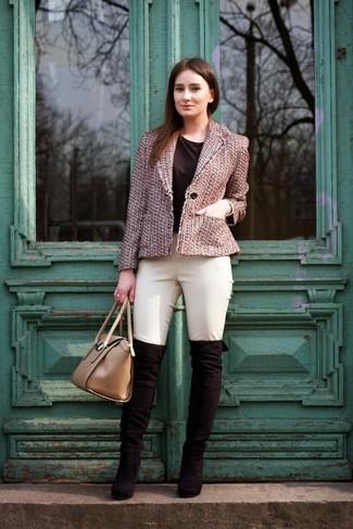 Модный лук: Розовая твидовая куртка, Черная футболка с круглым вырезом, Бежевые узкие брюки, Черные замшевые ботфорты