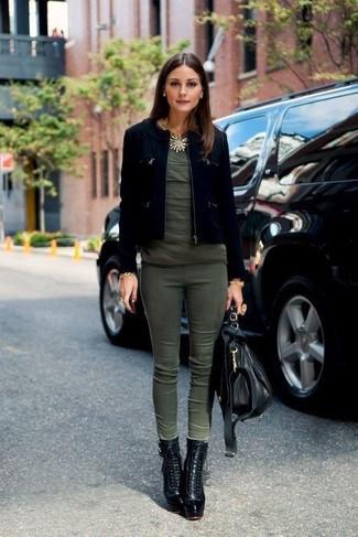Как Olivia Palermo носит Черная замшевая куртка, Оливковая футболка с круглым вырезом, Оливковые узкие брюки, Черные кожаные ботильоны на шнуровке