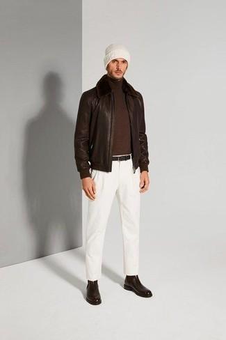 С чем носить темно-коричневые кожаные ботинки челси мужчине: Темно-коричневая кожаная куртка харрингтон и белые брюки чинос — отличный выбор, если ты хочешь создать лёгкий, но в то же время стильный мужской ансамбль. Любишь экспериментировать? Дополни лук темно-коричневыми кожаными ботинками челси.