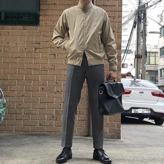 Как и с чем носить: бежевая куртка харрингтон, серые классические брюки, черные кожаные туфли дерби, черный кожаный портфель