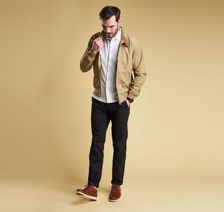 Как и с чем носить: светло-коричневая куртка харрингтон, белая рубашка с длинным рукавом, черные брюки чинос, коричневые кожаные туфли дерби