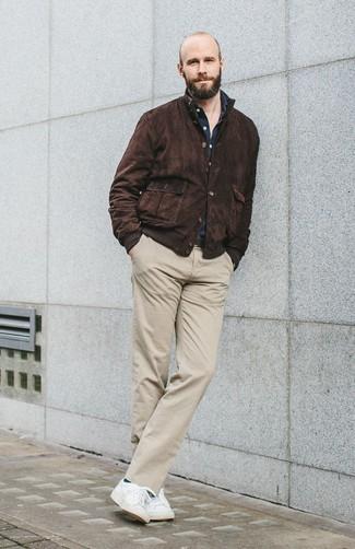 Как и с чем носить: темно-коричневая замшевая куртка харрингтон, темно-синяя рубашка с длинным рукавом, бежевые брюки чинос, белые низкие кеды