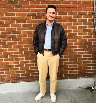 Как и с чем носить: темно-коричневая кожаная куртка харрингтон, голубая рубашка с длинным рукавом, светло-коричневые брюки чинос, белые низкие кеды из плотной ткани