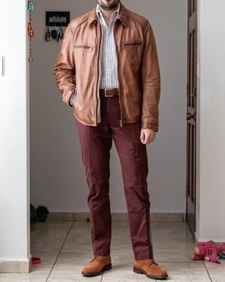 С чем носить коричневые замшевые повседневные ботинки мужчине: Если ты любишь одеваться стильно, чувствуя себя при этом комфортно и уверенно, стоит примерить это сочетание коричневой куртки харрингтон и коричневых брюк чинос. Если ты не боишься смешивать в своих образах разные стили, из обуви можешь надеть коричневые замшевые повседневные ботинки.