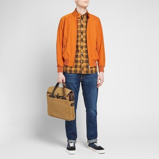 Как и с чем носить: оранжевая куртка харрингтон, оранжевая рубашка с длинным рукавом в шотландскую клетку, темно-синие джинсы, темно-синие низкие кеды из плотной ткани
