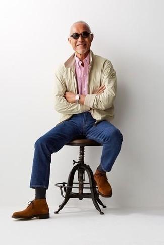 Бежевая куртка харрингтон: с чем носить и как сочетать: Лук из бежевой куртки харрингтон и темно-синих джинсов позволит создать незаезженный мужской образ в стиле casual. Вкупе с этим луком органично будут выглядеть табачные замшевые ботинки дезерты.