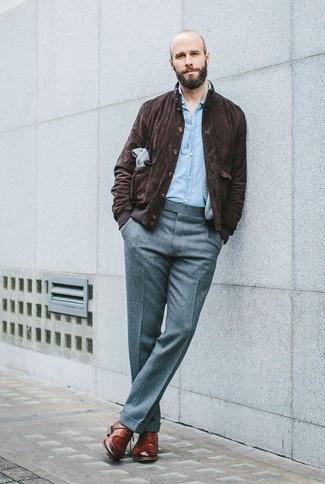 Как и с чем носить: темно-коричневая замшевая куртка харрингтон, голубая рубашка с длинным рукавом из шамбре, серые шерстяные классические брюки, коричневые кожаные туфли дерби