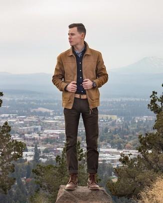 С чем носить темно-коричневые брюки чинос: Поклонникам стиля casual должно понравиться сочетание светло-коричневой куртки харрингтон и темно-коричневых брюк чинос. Не прочь привнести сюда нотку элегантности? Тогда в качестве обуви к этому ансамблю, стоит обратить внимание на темно-коричневые кожаные повседневные ботинки.