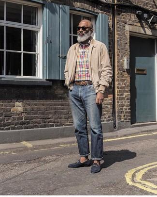 Как и с чем носить: бежевая куртка харрингтон, разноцветная рубашка с длинным рукавом в шотландскую клетку, белая футболка с круглым вырезом, темно-синие джинсы